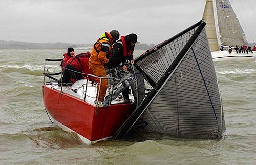 Quarter Tonner Runaway Bus dismasted in race one.jpg